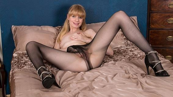 Pantyhosed4u.com- Gallery:Heidi Bush - Tight tease and tear!
