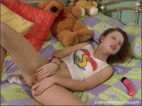 Clubseventeen.com- Katie makes herself come