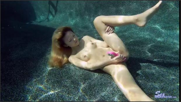 Sexunderwater.com- Red Lips_Purple Dildo