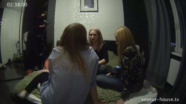 Voyeur-house.tv- Anna friends plotting party strategy