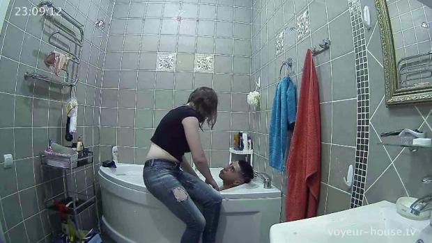 Voyeur-house.tv- Ivy washes rambo